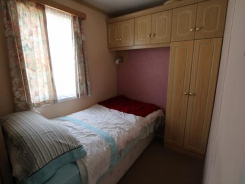 Atlas Sherwood mobile home 62LP twin bedroom