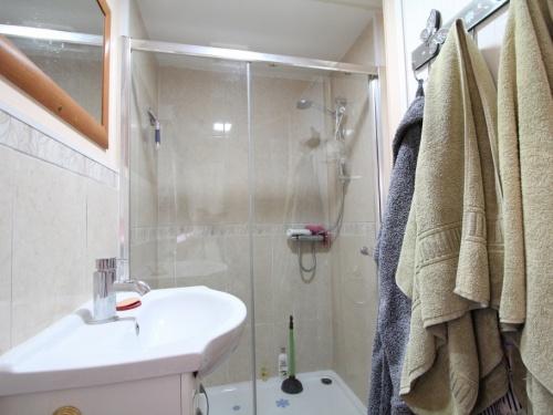 Atlas Sherwood mobile home 62LP bathroom